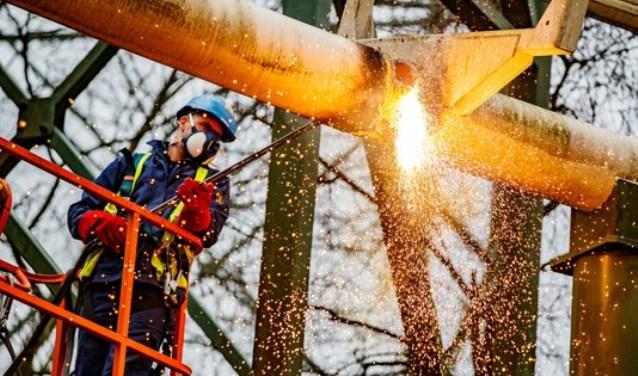 Het 350.000 kilo wegende staal van de achtbaan wordt in ruim twee weken tijd op hoogte in stukken gesneden met snijbranders.