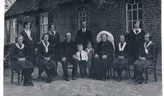 Het jongste meisje op de foto is Pieta Burgers-Heijms en het enige nog in leven zijnde gezinslid.
