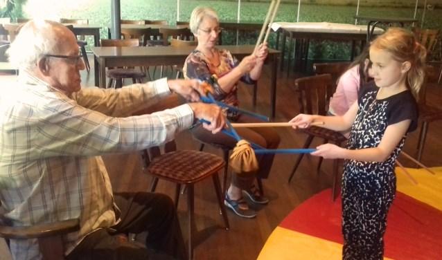 Het circusproject Jong & Belegen was in Zaal Teunissen in Kilder een gezellige ontmoeting tussen 'jong' en 'belegen'. (foto: Elsie Schoorel)