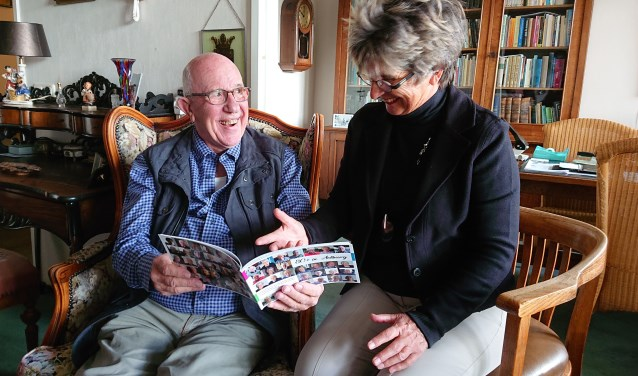 Joyce Lubbers van Stichting Welzijn Pro Seniore biedt Herman van Hoeven het rapport aan.