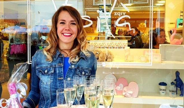 Susanne Janssen voor de etalage van haar cadeauwinkel Voilà - Make it Personal in de Didamsestraat in Zevenaar. (foto: pr)