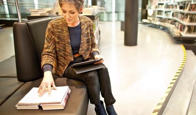 Alice Zandbergen leert de cursisten hoe ze alles uit hun iPad halen.