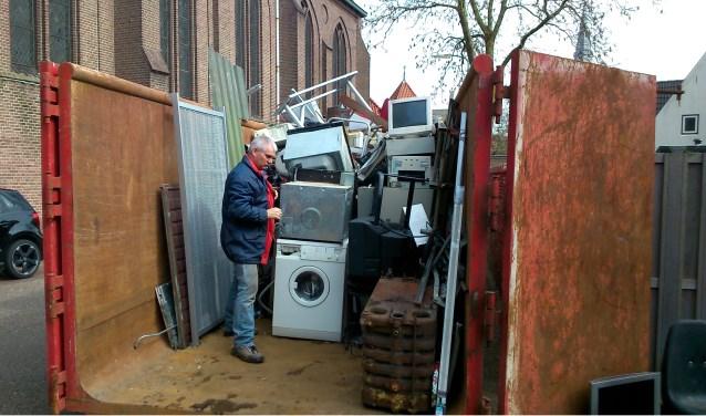 Oud ijzer wordt verzameld in grote container van Den Houdijker Metaalhandel