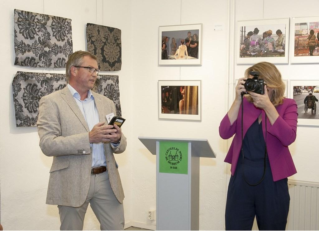 Wethouder Anne Janssen opende de expositie door een foto te maken van de bezoekers. (foto: Johan Mulder)  © Persgroep