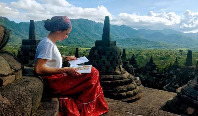 Om meer over haar voorouders te achterhalen reist actrice Georgina Verbaan naar Indonesië. Daar ontdekt ze hoe ingewikkeld de verhoudingen konden zijn tussen gekoloniseerde en kolonisator.