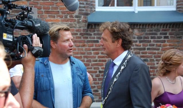 René Verhulst herkenbaar in gesprek met oud-judoka Dennis van der Geest, presentator van 'Burgemeester Undercover'. (Foto: Ester Wormgoor)
