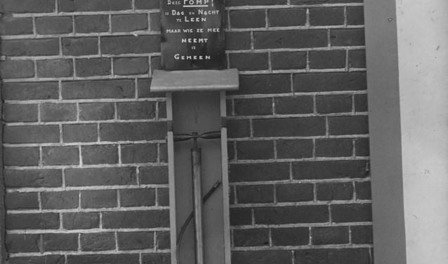 De fietspomp was dag en nacht te leen. Foto: Fotopersbureau Het Zuiden, collectie BHIC