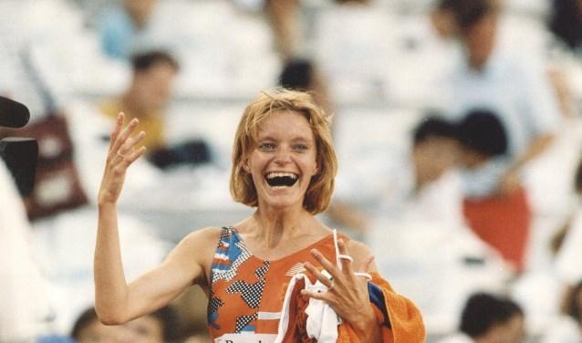 Het is alweer 26 jaar geleden dat Ellen van Langen een Olympische medaille verdiende. Zij kreeg daarvoor een tegel aangeboden op de Groote Markt. Nu komt er een heuse Olympische Straat. Foto: archief AD