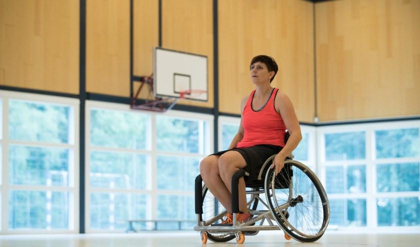 """Rolstoelbasketbal is het favoriete onderdeel van Alina Zoet op de Invictus Games. """"Het is een hard spel, technisch, en je speelt met mensen met allerlei soorten handicaps."""""""
