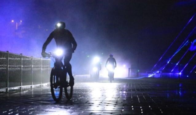 Deelnemers aan MountainbikeMania crossen in door gebouwen en over obstakels.