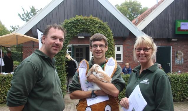 Een medewerker van de Stadsboerderij, verkleed in konijnenpak, vroeg aandacht voor adoptiemogelijkheden van dieren