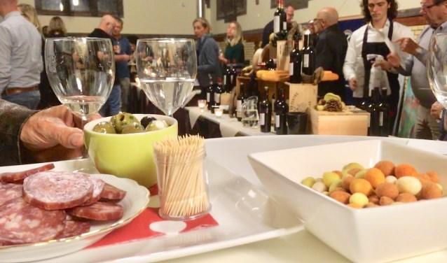 De bezoekers genoten van goede wijnen, met daarbij een lekker hapje. (foto: Karin van der Velden)