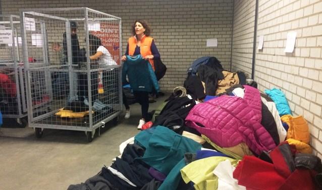 Vrijwilligers waren afgelopen week druk in de weer om de ingezamelde kleding te sorteren.