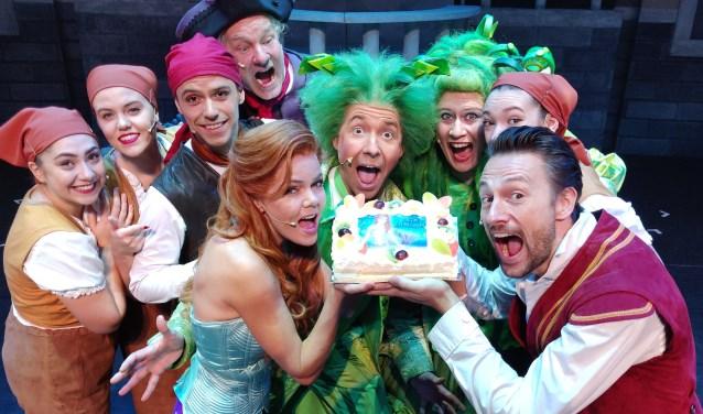 Als felicitatie voor dit theatersucces werd de cast en crew in Stadstheater Zoetermeer verrast met een smakelijke taart. (Foto: Privé)