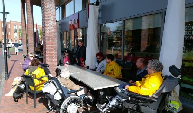 Een welverdiend kopje koffie na de wandeling voor ouderen en mindervaliden in Carnisselande.
