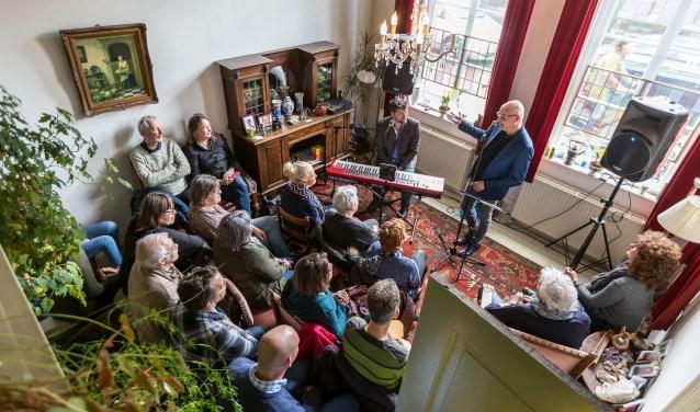 Het concept van Gluren bij de Buren; optredens van lokaal talent in de huiskamer. Foto: Maarten J. Eykman.