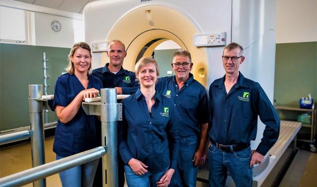 Het Lingehoeve Diergeneeskunde CT-team voor de grootste paardenscan ter wereld met in het midden Katja Winderickx. (Foto: Arnd Bronkhorst)