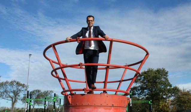 Wethouder Derk Alssema op het oude topje van de Goese tv-toren dat vroeger 110 meter hoogte in de lucht stak.  FOTO: Leon Janssens