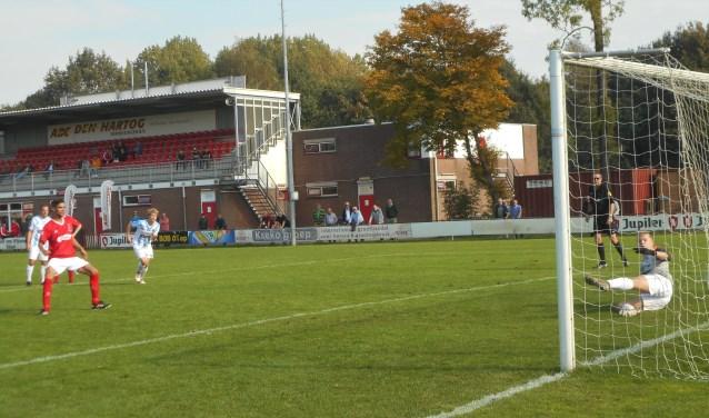 In tweede termijn is Rik Kramer namens DFC wel doeltreffend vanaf de elfmeter. DFC leidt met 1-0.