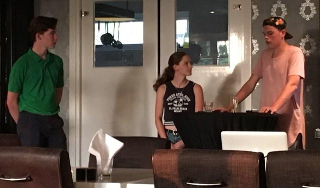 Doeke Brolsma en Eva ter Maat luisteren naar Jairo in der Beeck, die zijn deel van de presentatie voor zijn rekening neemt.
