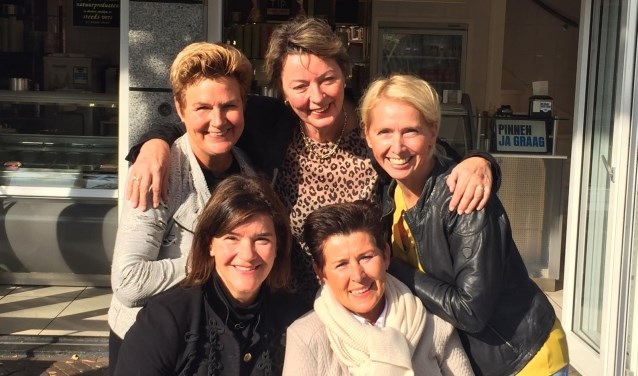 Vijf vriendinnen – Emmy van de Wege, Jacqueline van der Werf, Marianne Snel, Gerdine Janmaat en Daniëlle Raaphorst – zijn de initiatiefnemers van Sale Oudewater.  (Ingezonden foto)