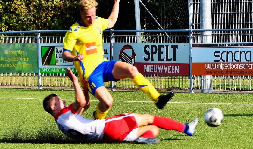 Luuk Blonk is zijn tegenstander te snel af. FOTO: Anno Visser