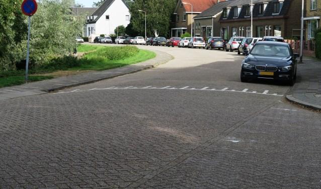 De Lagendijk is nu met klinkers bestraat. Asvalt zou volgens bewoners de snelheid van het verkeer doen toenemen. (foto GvS)