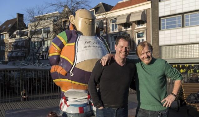 Roel Wijngaards-de Meij en Bart Grimbergen, de makers van de film, bij het beeld van Haagse Harry. (Foto: Jet Wijngaards)