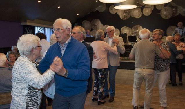 Senioren hebben het naar de zin in Huissen. Op de dag van de ouderen laten ze zien goed te kunnen dansen. (foto: Ellen Koelewijn)
