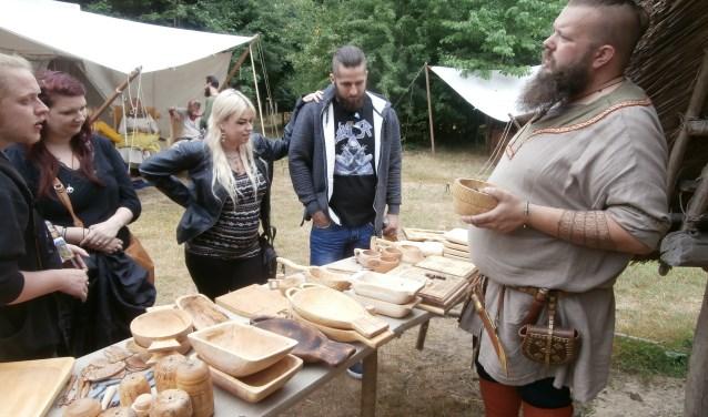 Viking met handelswaar op de IJzertijdboerdeij (foto: Toine Snoeren)