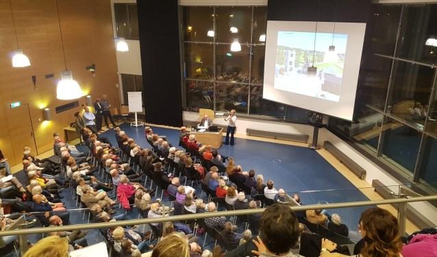 De raadszaal was tot de nok toe gevuld gisteravond. FOTO: Sigrid Vonk