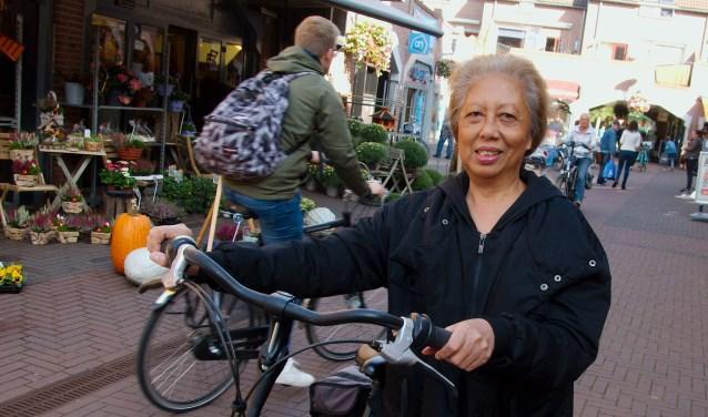 """Mevrouw Van Westering: ,,Ik loop altijd  met de fiets aan de hand."""" (foto Gert Perdon)"""