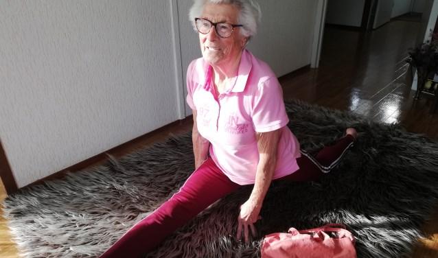 Superfanatiek: Sjaan Willeboordse (93) laat zien dat ze nog steeds de spagaat kan. Deze week was zij 70 jaar lid van MTV. Foto: Conny den Heijer