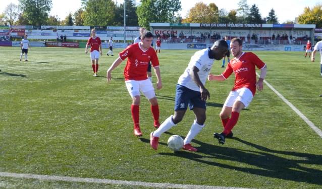 Stan Broenland (met ingetapte linkeronderarm) probeert Bright Ampong-Zweistra van de bal te zetten. Links Furkan Alakmak. (Foto: Sander Berends)
