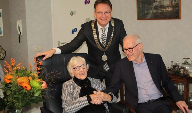 Burgemeester Van Domburg was getuige van de anekdotes en de liefde - en verliefdheid - van het diamanten bruidspaar Van der Ploeg. (Foto: Lysette Verwegen)