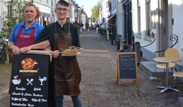 Rijk van Slagerij van Bekkum en Yves van Delicatessen Plus hebben samen een truffelworst ontwikkeld. De worst is verkrijgbaar bij Delicatessen Plus, zowel per stuk als op een broodje. FOTO: Ben Blom