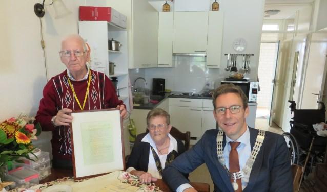 Piet en Annie samen met Burgemeester Poppens.