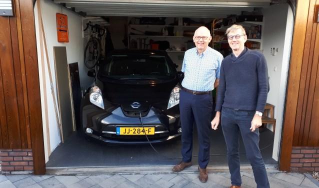 links Peter Haring en rechts Huib de Vriend voor de elektrische auto die wordt ingezet voor proefritjes tijdens de duurzaamheidsmarkt. FOTO: Maarten Bos