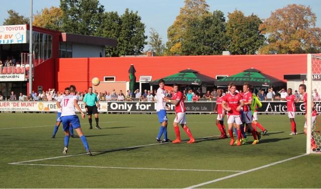 Noordwijk in de aanval op het doel van DOVO-doel. Deze aanval leverde geen doelpunt voor de Noordwijkers. (Foto: Henk Jansen)