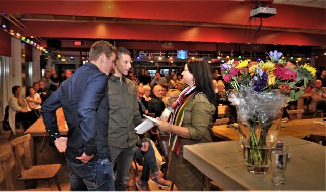 Mark van Steenbergen (midden) en Luc Kipmulder overhandigen het eerste exemplaar aan Sandra Verkerk. (Foto: gertbudding.nl)