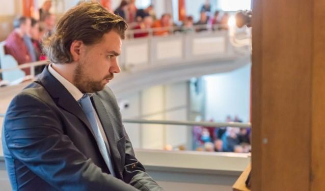 Evan Bogerd bespeelt het orgel van de Waterstaatskerk