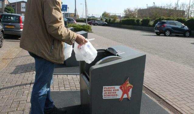 Afvalcontainers voor plastic staan vaak bij winkelcentra. Om de inzameling van plastic te stimuleren plaatst de gemeente Goes binnenkort twintig ondergrondse containers extra. FOTO: Leon Janssens