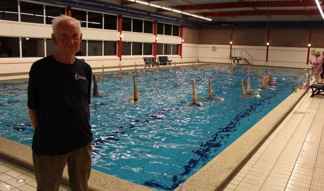 Jeen Turksma weet veel van beweging en stuwing en brengt die kennis over op de synchroonzwemsters. FOTO: Jan Hermens