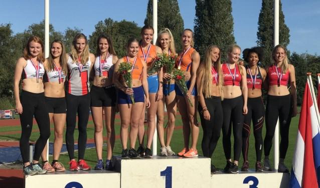 Dames Climax winnen goud op 4x400 meter.