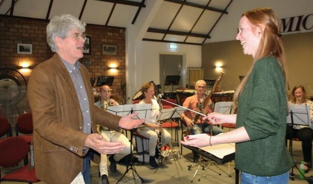Bas Pollard geeft Mandy Pijnenburg aanwijzingen tijdens het individuele coachingsuur met muzikanten. (Foto: Lysette Verwegen)