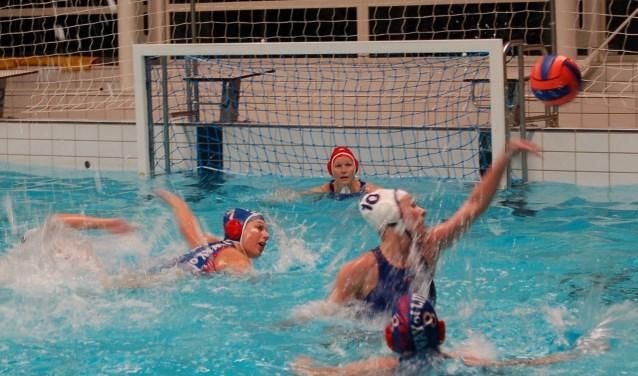 Heel goed was het spel niet, maar gewonnen werd er wel door de waterpolodames van ZC Losser.