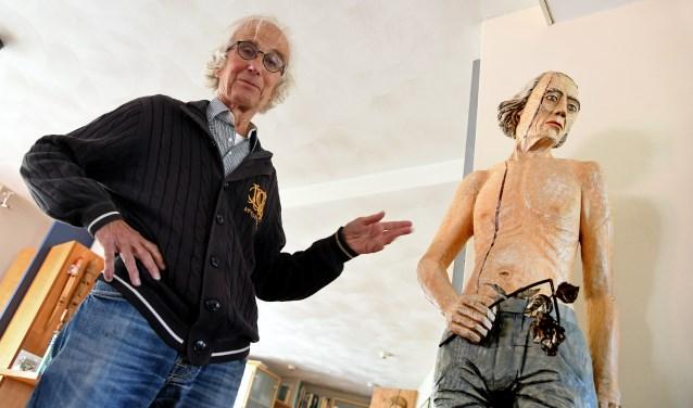 Jan Kokken langs zijn beeld 'vergeetachtigheid' met een geknakte roos. Foto: Jan Wijten