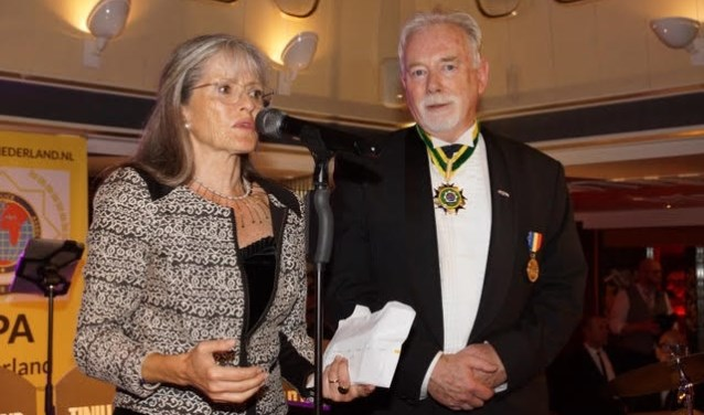 Soesja Citroen  is zichtbaar ontroerd als zij uit handen van Wim Cornelis de donatie voor 60 Stolpersteine in ontvangst neemt. Foto: PR