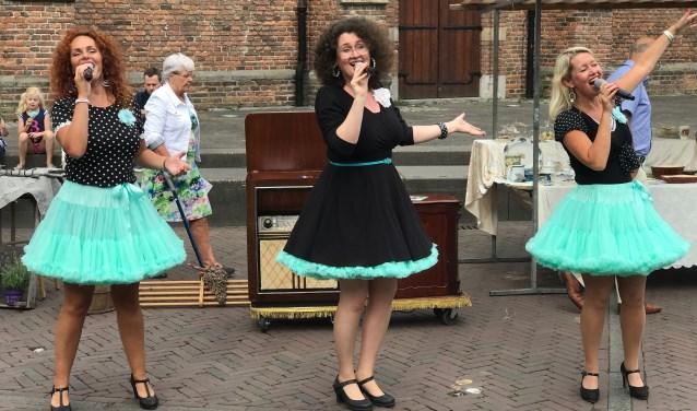 Het trio 'de Pauwergirls' zorgt voor heerlijke livemuziek met herkenbare liedjes van de jaren 40 tot nu.