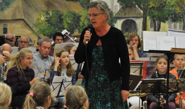 Wethouder Marianne de Bie gaf op het eindconcert van 'Blaasmuziek is Cool' in Jeugdland het startsein voor de pilot van 'Samen Muziek Maken'.